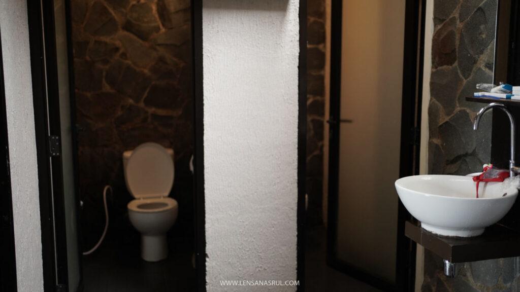 kamar mandi pondok wisata family room
