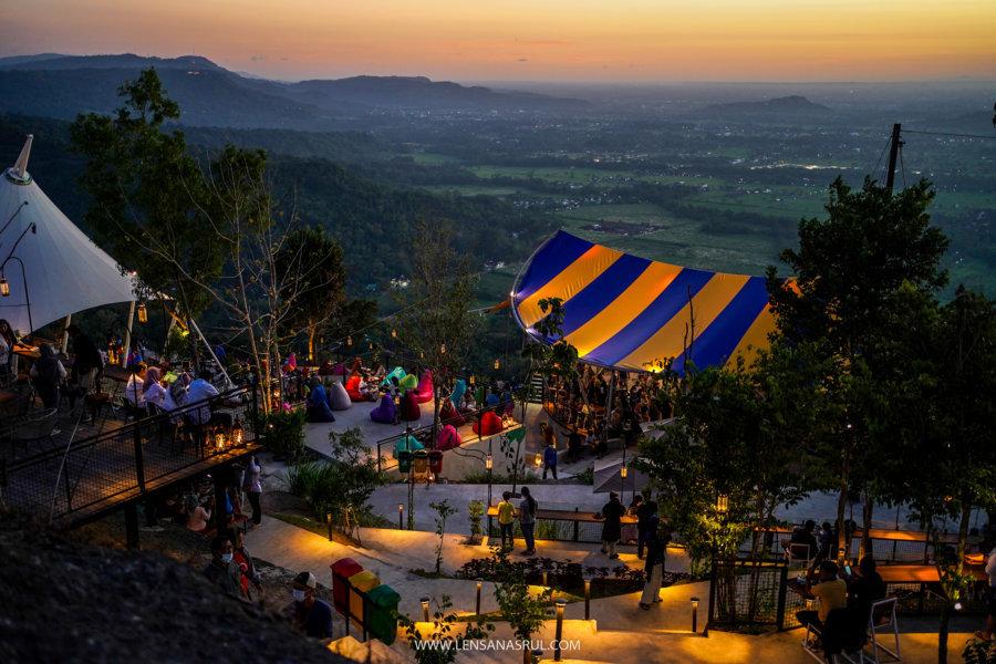 Ini dia Obelix Hills Wisata Baru Jogja di Atas Batu Purba, View Sunset